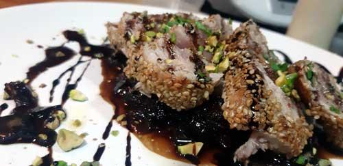 Solomillo de atún en crostra de sésamo con salsa agridulce de cebolla
